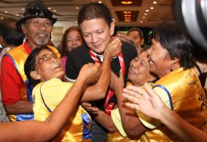 chiz mobbed in cebu resized 1